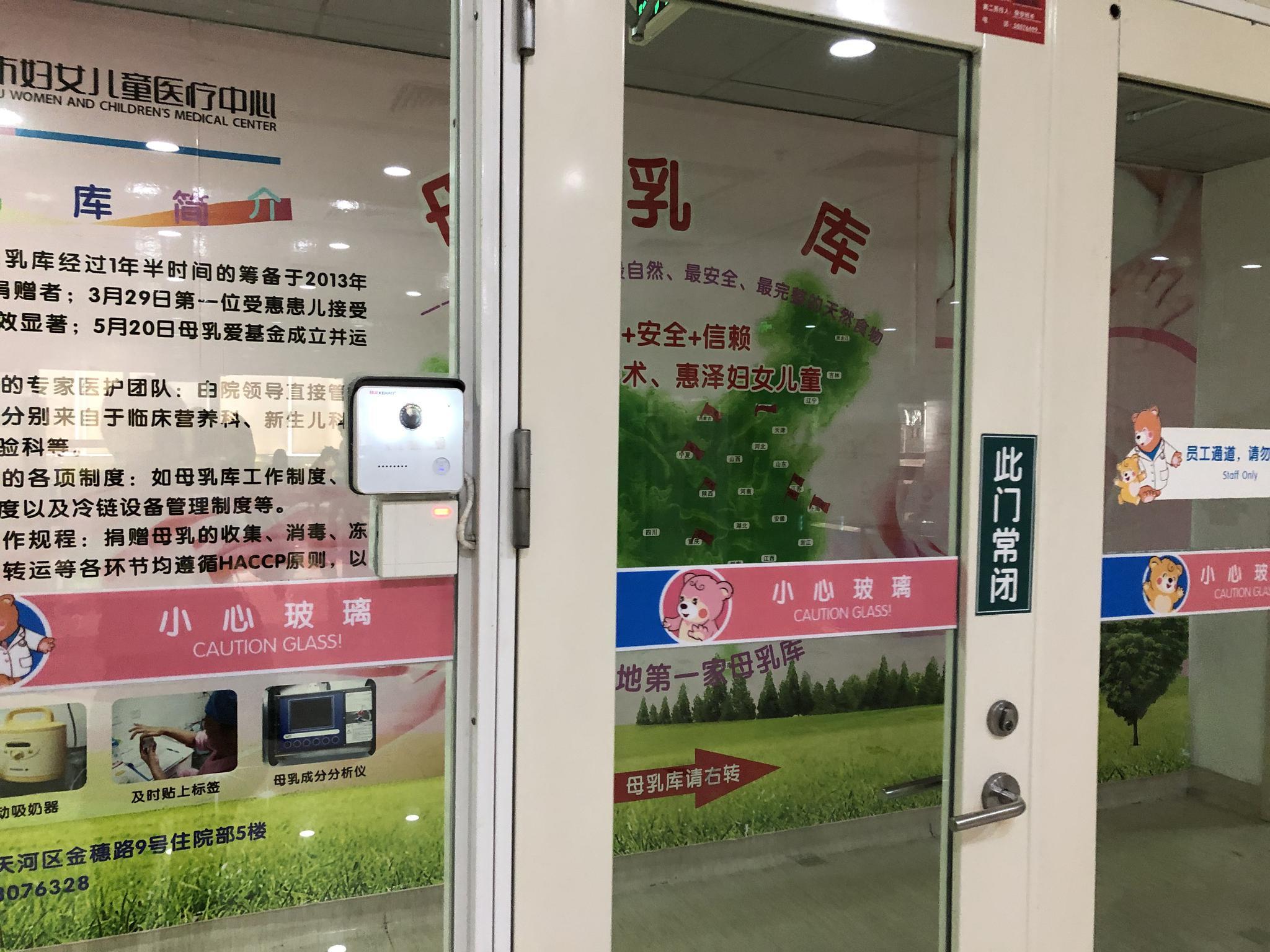"""电子竞技宣传片_1.5米长蛇盘在30多米高的窗台""""敲窗"""" 吓坏居民"""