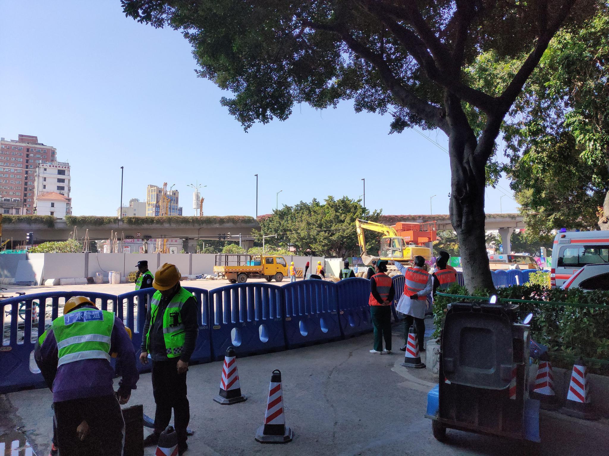 事发现场围起围栏,多台挖掘机正在作业。新京报记者 刘浩南 摄