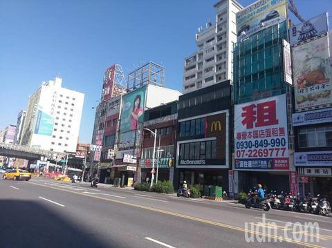 靠近高雄车站不到20公尺临建国路的店面,就有2到3家高挂出租的招牌。(图片来源:台湾《联合报》)