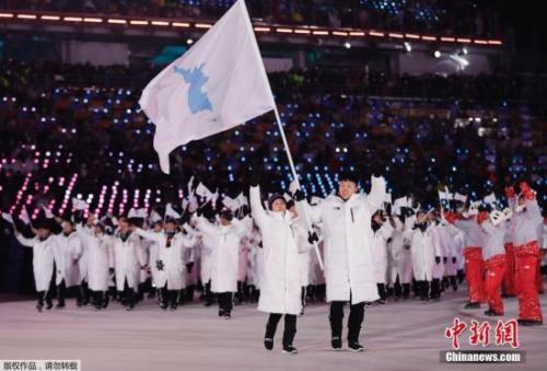 当地时间2月9日,2018平昌冬奥会在韩国平昌奥林匹克体育场举行开幕式,各代表团入场。其中最引人关注的,莫过于韩国与朝鲜运动员共同出场的一幕。