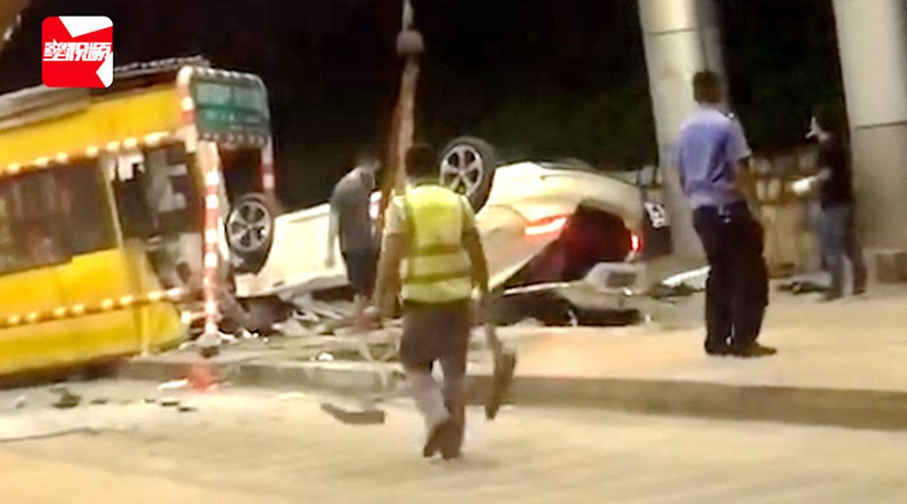 云南一男子无证醉驾飞速撞上收费岗亭倒翻在地,致收费员重伤