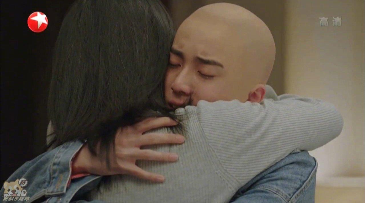 """《小欢喜小欢喜看哭了 季杨杨为妈妈剃了光头:""""得癌症做化疗是会掉头发的,所以,我陪您一起。"""""""
