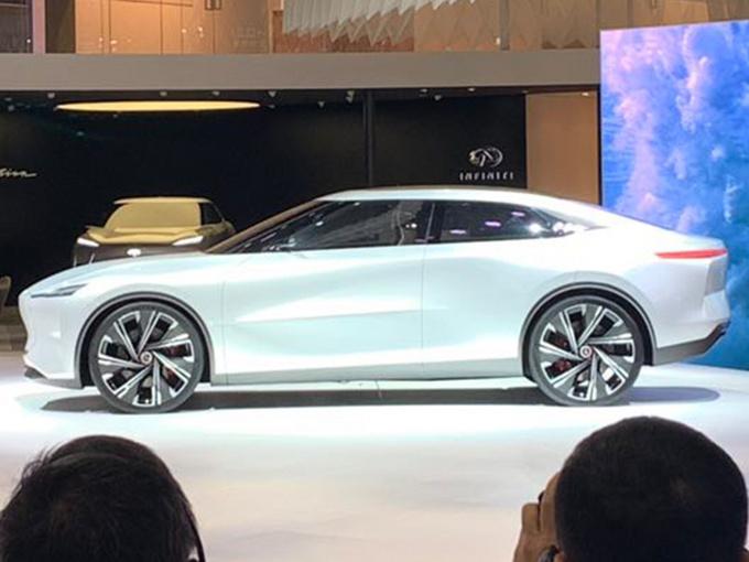 日系豪华品牌全新轿车实拍,大溜背+对开门,比奔驰E级还大