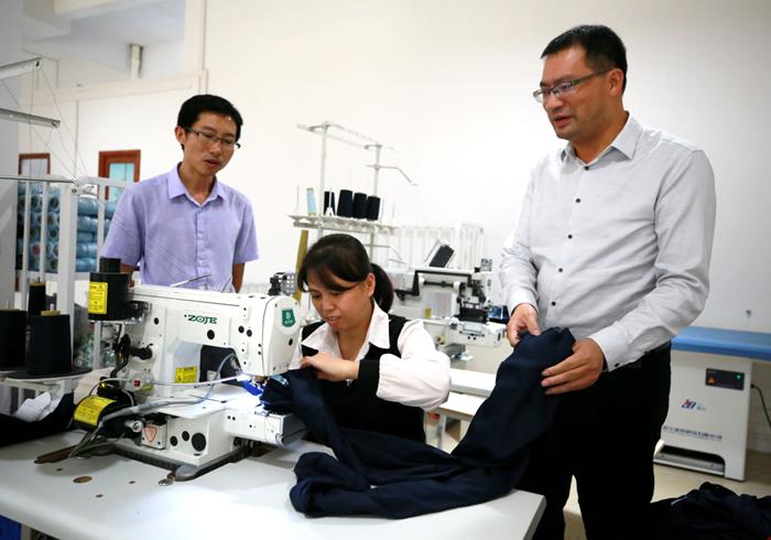 江州区经济产业园为当地贫困户提供就业岗位