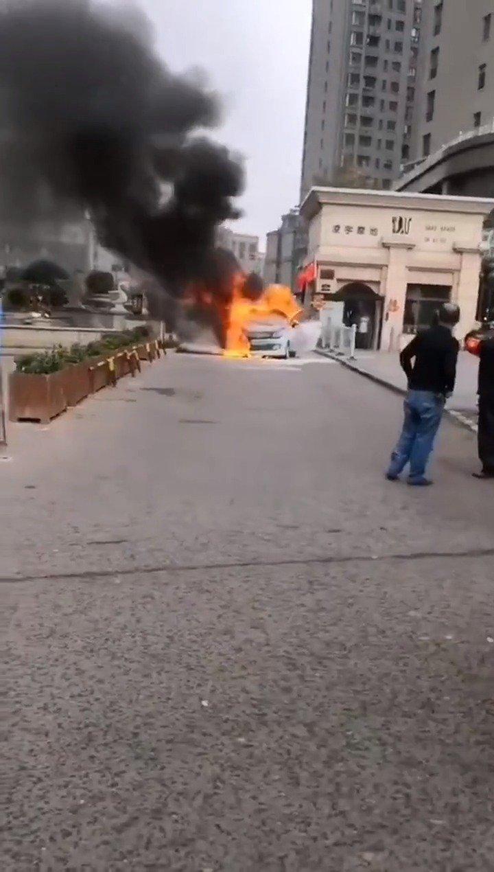 一辆众泰新能源汽车自燃起火!又一起电动汽车自燃事故!