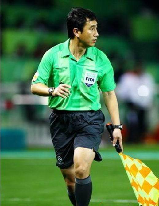 中国足球裁判员穆宇欣(天津籍)2010年在南非世界杯比赛中担任助理裁判员