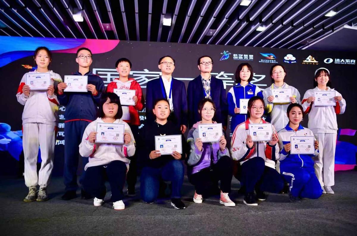 6名北京中学生获全国科幻作文大奖,偶像刘慈欣亲自颁奖
