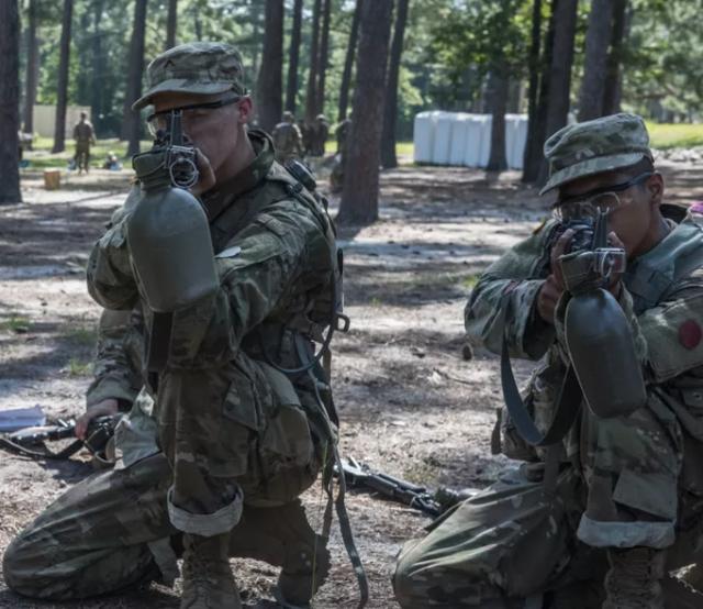 越军学解放军枪管吊砖头,兰州特战狙击手:砖头挂越多越打不准