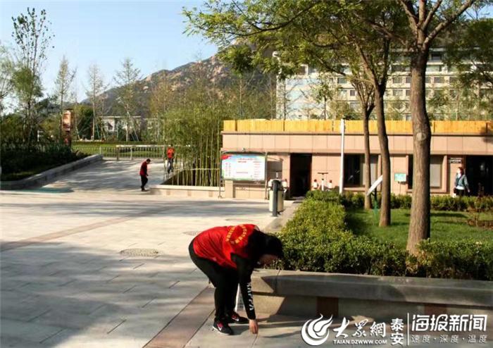 """泰安:""""随手保洁工作制"""" 打造广场优良环境"""