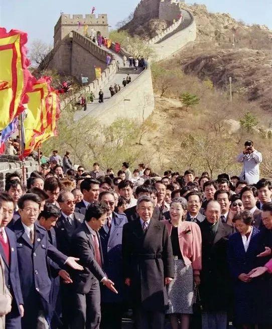 △1992年10月,明仁天皇与皇后美智子参观长城