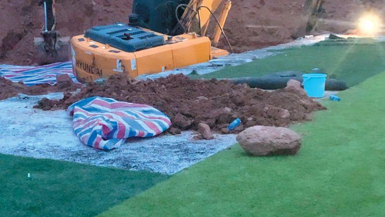 6月20日清晨,警圆正在湖北新摆一中操场挖出一具尸骨。视频截图
