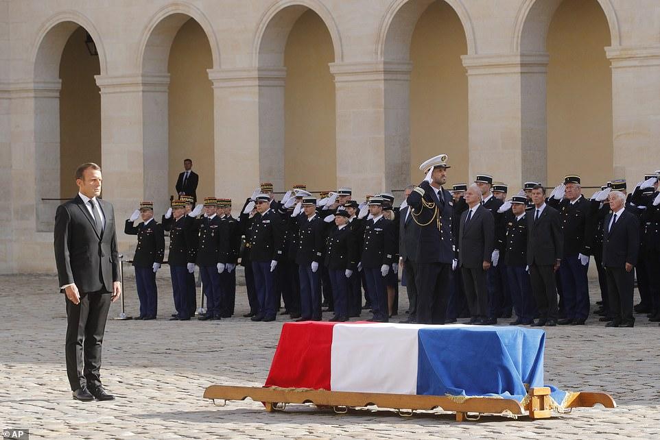 希推克的灵榇笼盖着法国国旗,法国总统马克龙掌管葬礼。(图:逐日邮报)
