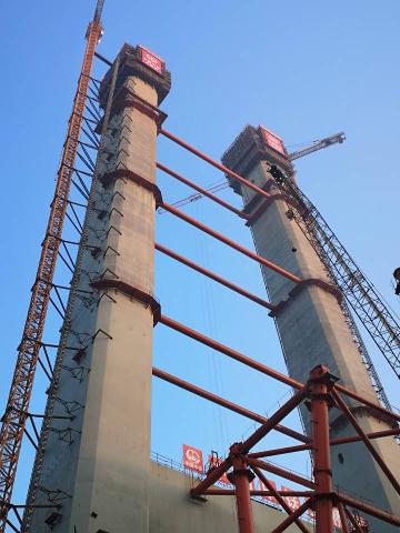 全国荷载最大的公铁两用悬索桥 镇江五峰山长江大桥主塔迎来成功