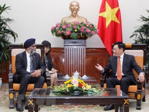 越南政府副总理兼外交部长范平明会见加拿大国防部长哈尔吉特·萨詹(图源:越通社)
