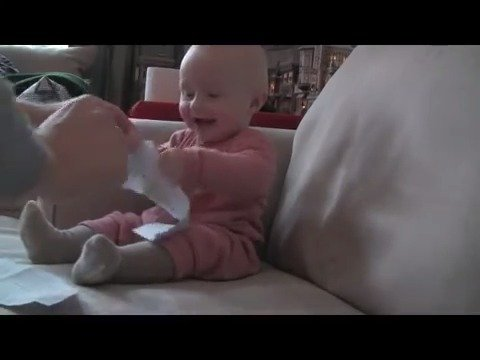 宝宝一撕纸就笑,这笑声太有感染力了!