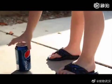 可口可乐、百事可乐经典互黑广告,这一招可以说很狠了[允悲]