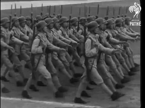 1942年,中国政府在成都检阅受训完毕的中国陆军部队。