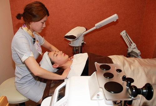 2012年1月11日,在整容医院内,一名顾客在手术后接受护理按摩。新华社记者 何璐璐 摄