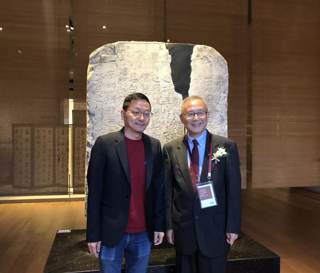 林霄先生与白谦慎院长在碑前合影留念图片来源:香港近墨堂书法研究基金会