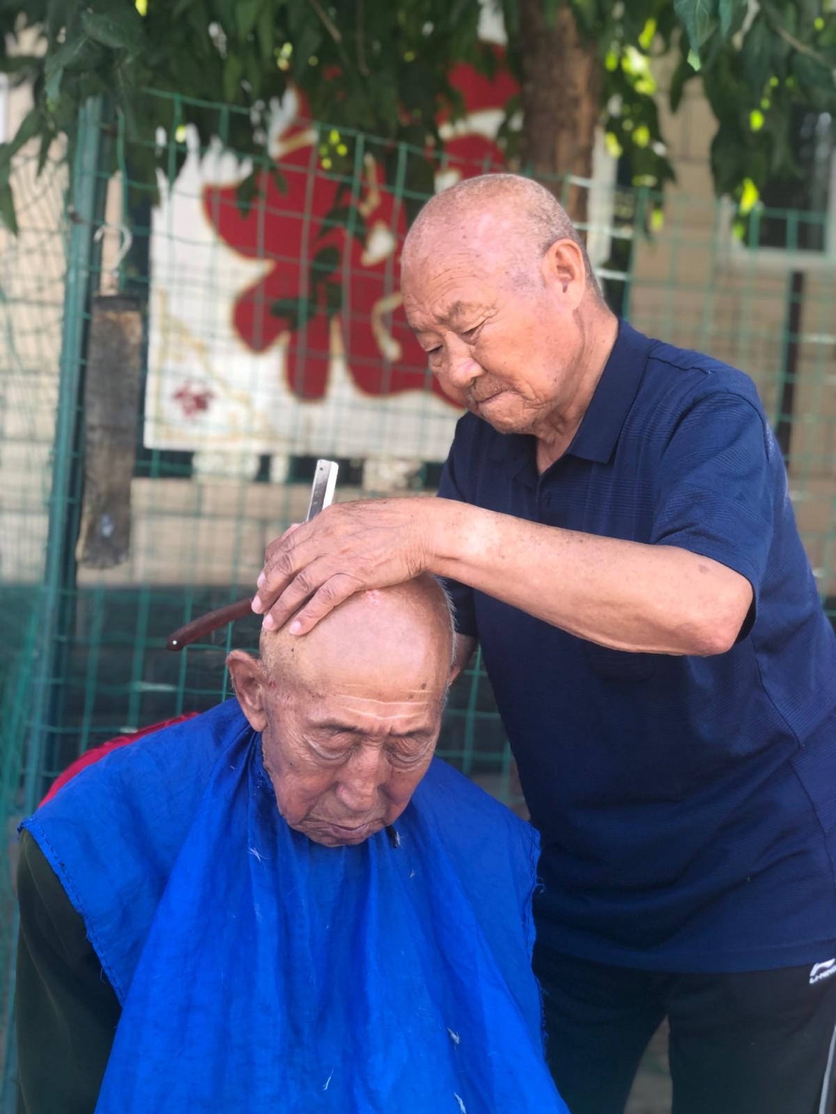 一句承诺坚守40年,他84岁还为敬老院老人义务理发