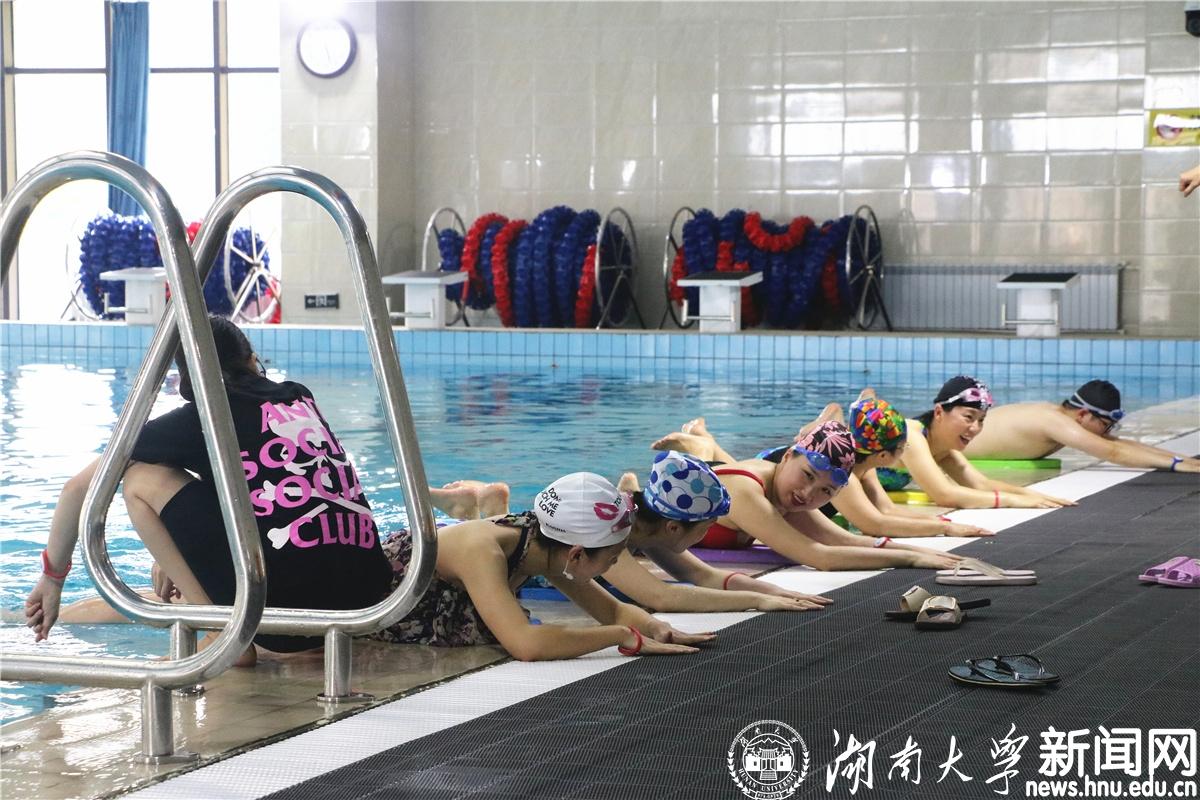 校工会举办2018年第二期教职工游泳培训班(图文)