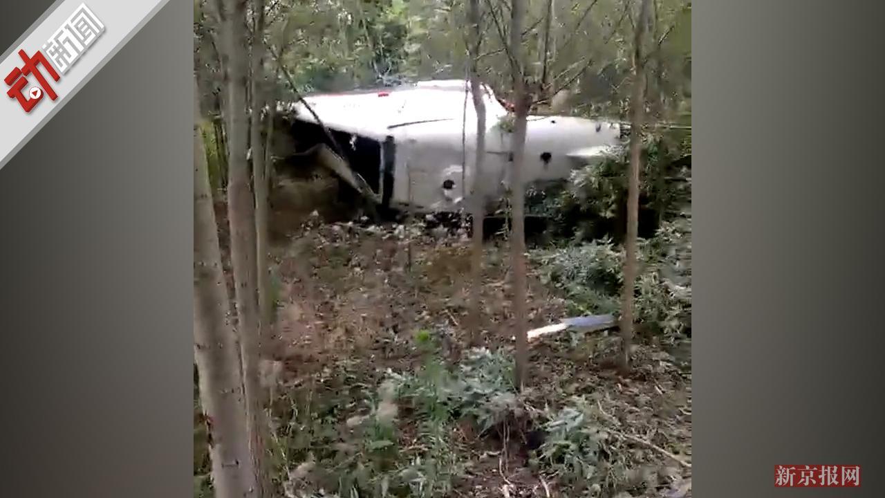 安徽一架直升机撞高压线坠毁 残骸落入树林飞行员遇难
