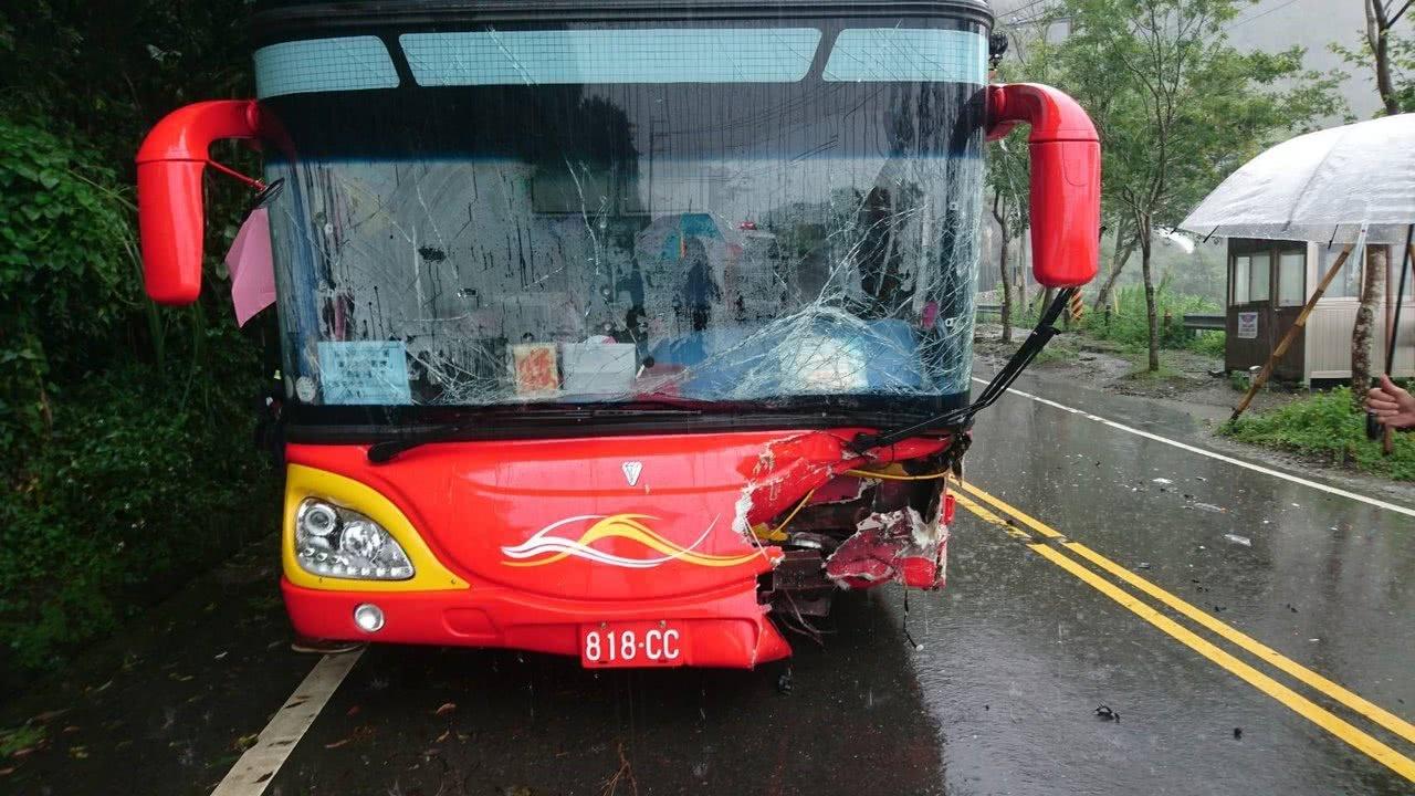 台湾大陆游客团包车遭遇车祸 已致11人受伤|车祸
