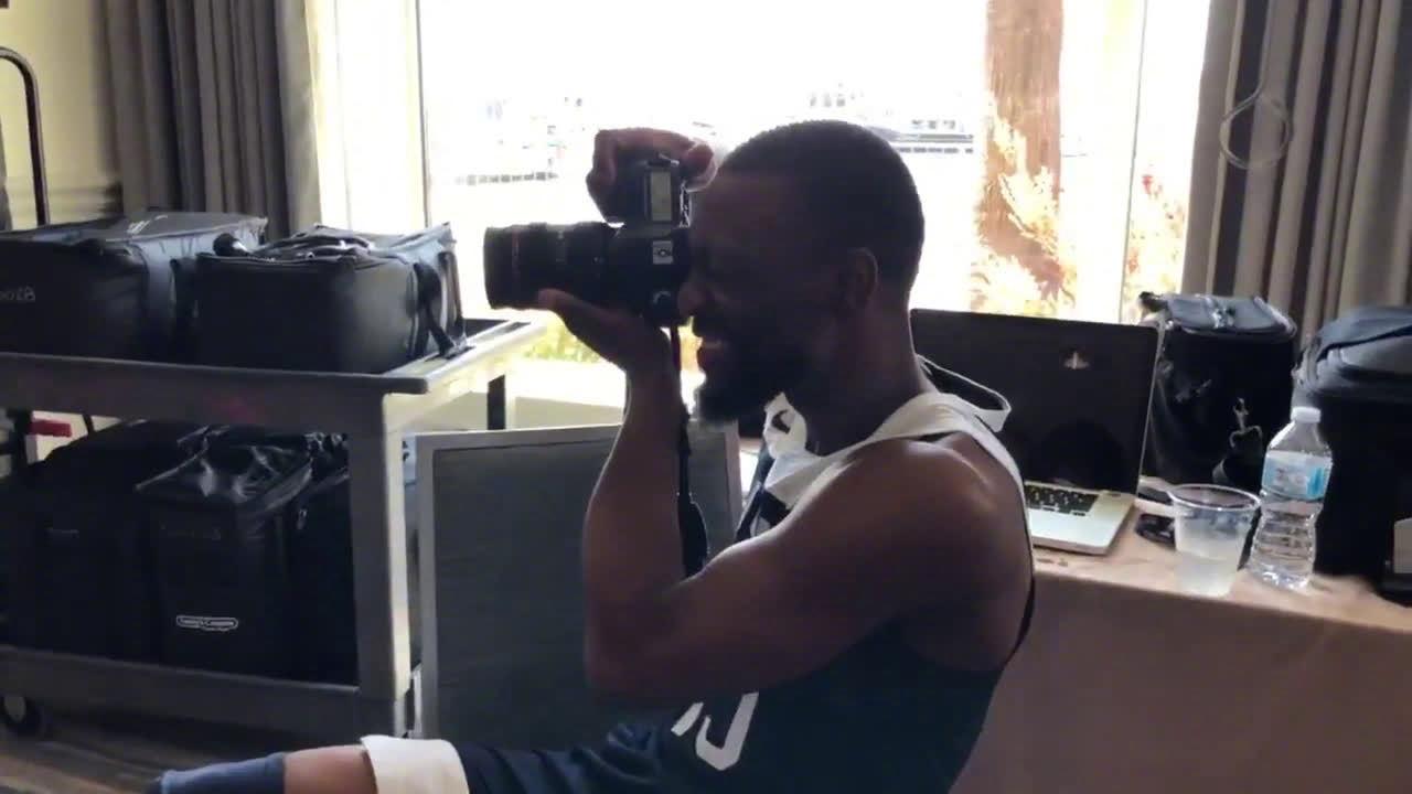 沃克化身摄影师为队友塔图姆拍照来看看沃克拍的专业吗?