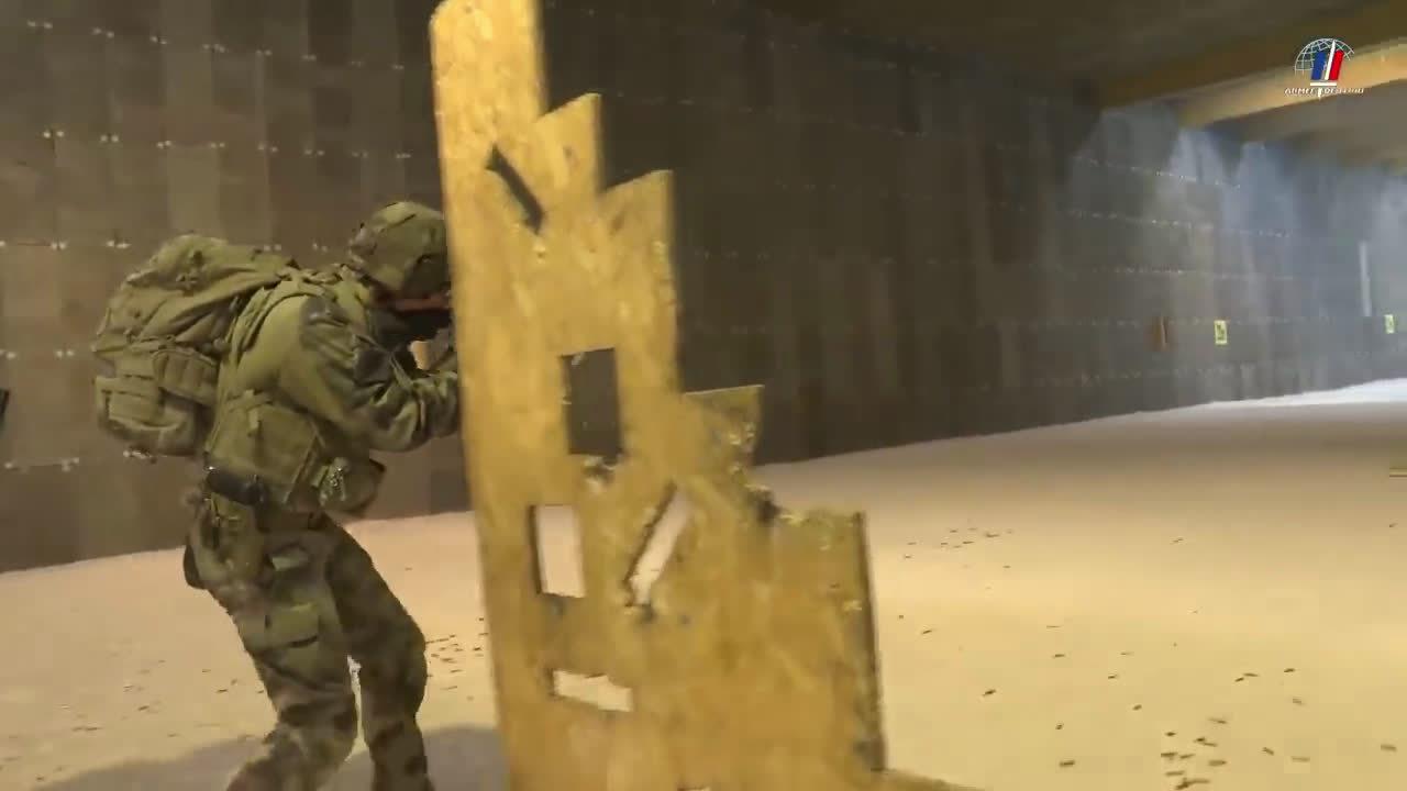 法国陆军第7山地轻骑营士兵使用HK416F进行射击训练