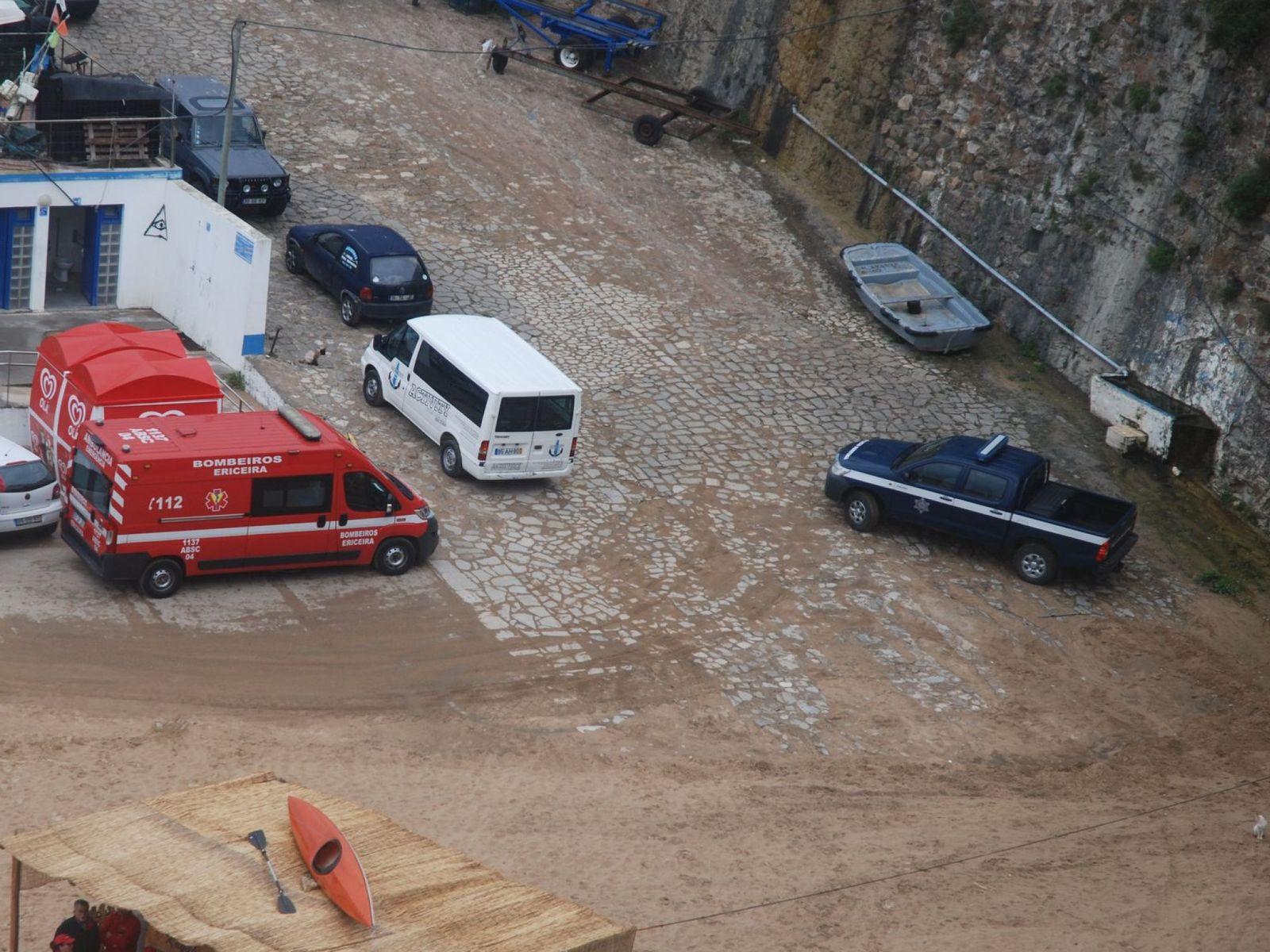 当地救援人员抵达现场。
