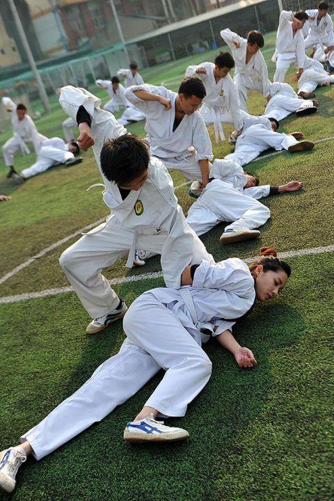 越南警校足球训练,女学员训练武术和男强度一样高中学员欧手抄报图片