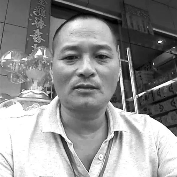 ▲因劳累猝死的海南陵水县椰林镇交通协管员陈翔生前照。愿其安息。