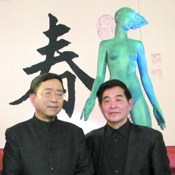 吴应骑教授(右)与余秋雨2012年在反映赝品与真迹的电影《富春山居图》拍摄现场