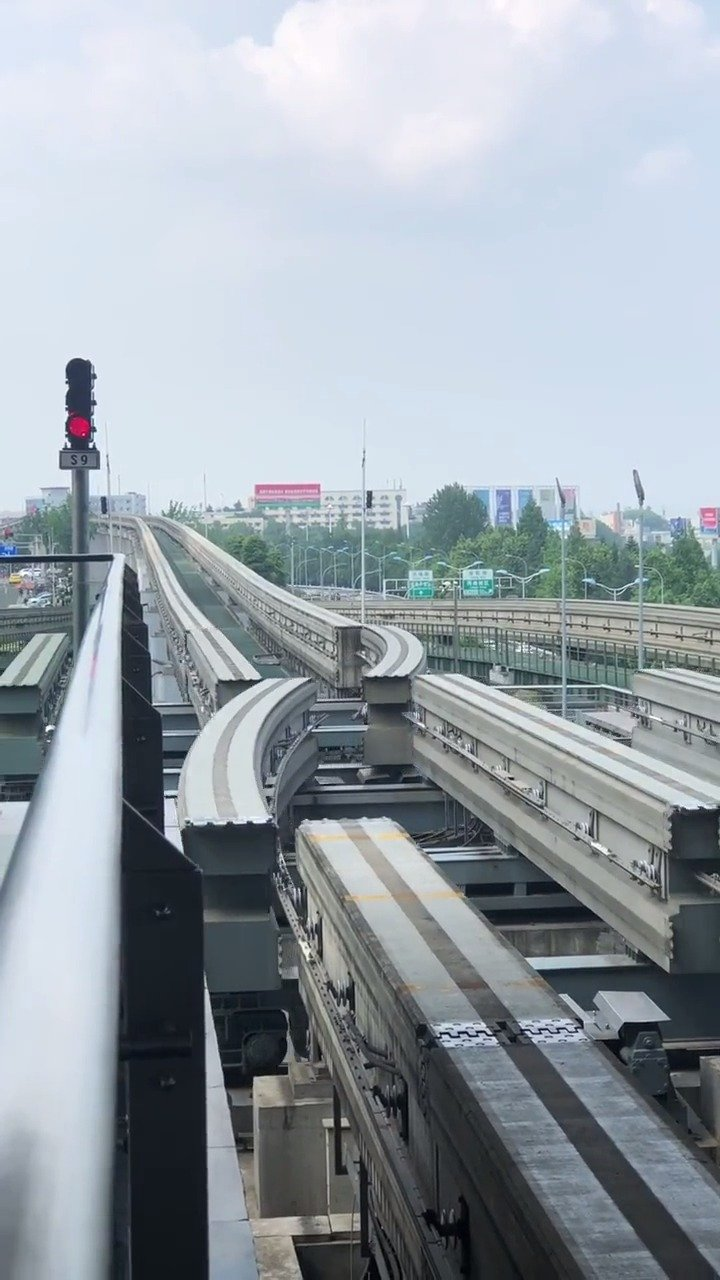 中国重庆轻轨无缝对接,外国人做不到的东西,没有中国人做不到的