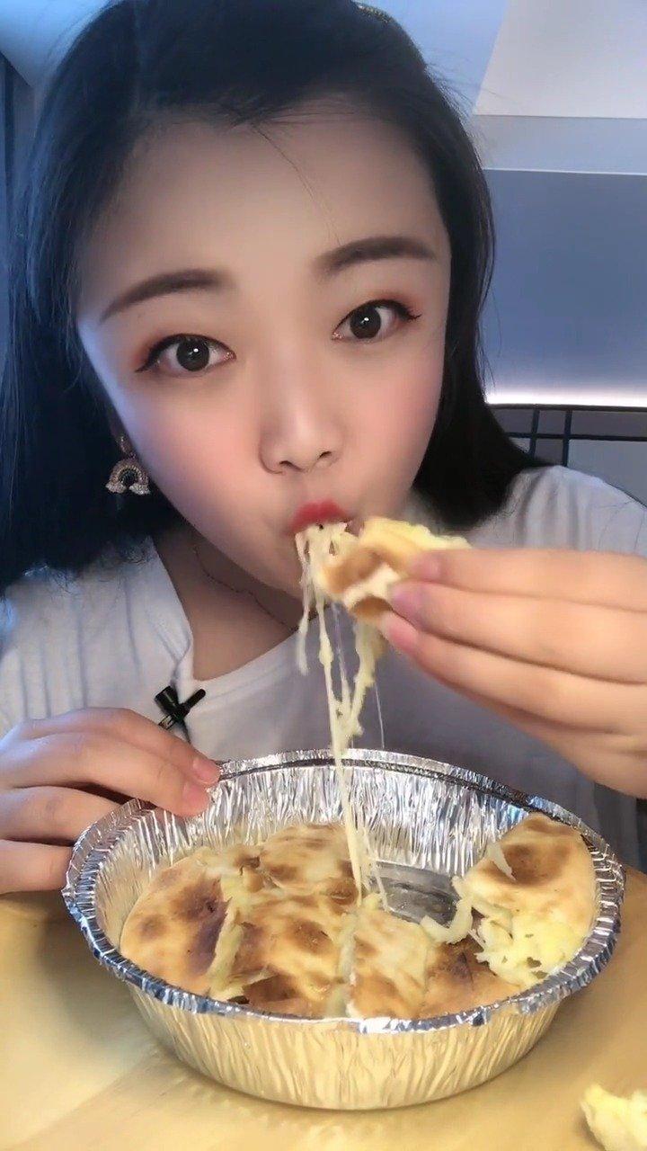 快手吃播:吃芝士榴莲饼