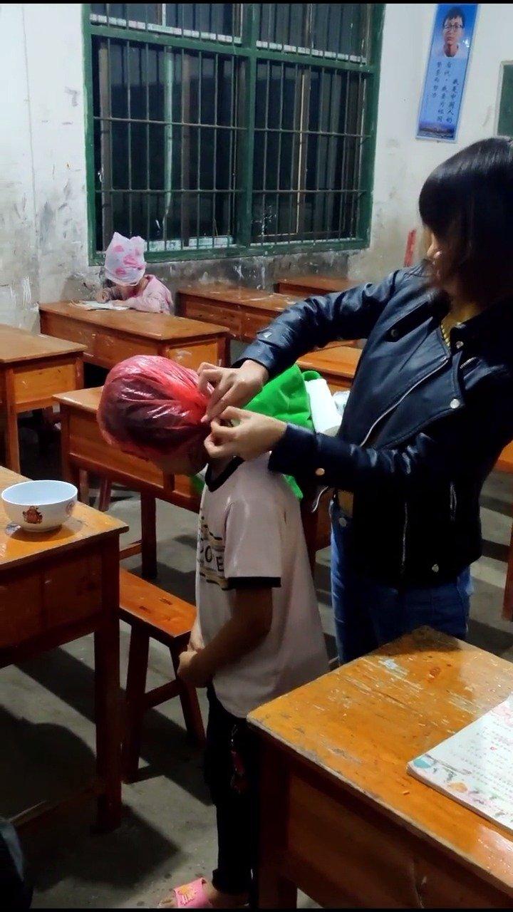 特岗教师学生头上长虱子,用白酒熏,再热水给他们洗头,都是留守