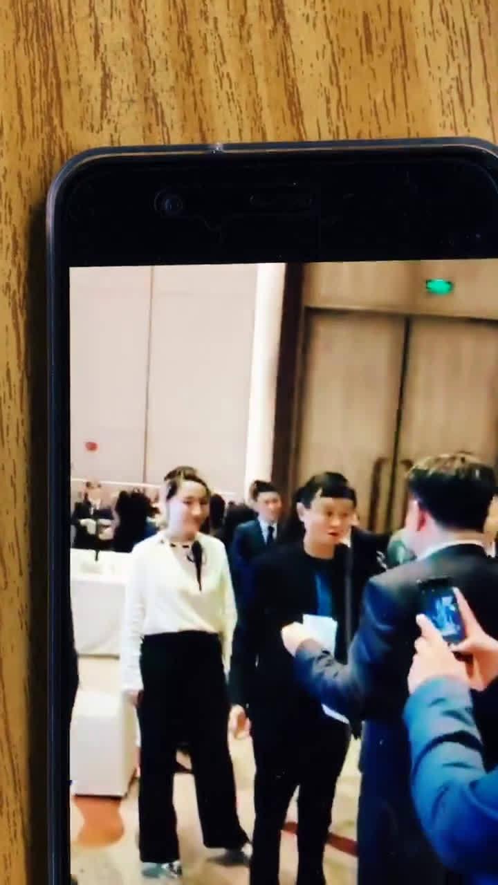 马云参加的某活动上,一名身穿白衣女子一直跟随马云左右,在镜头
