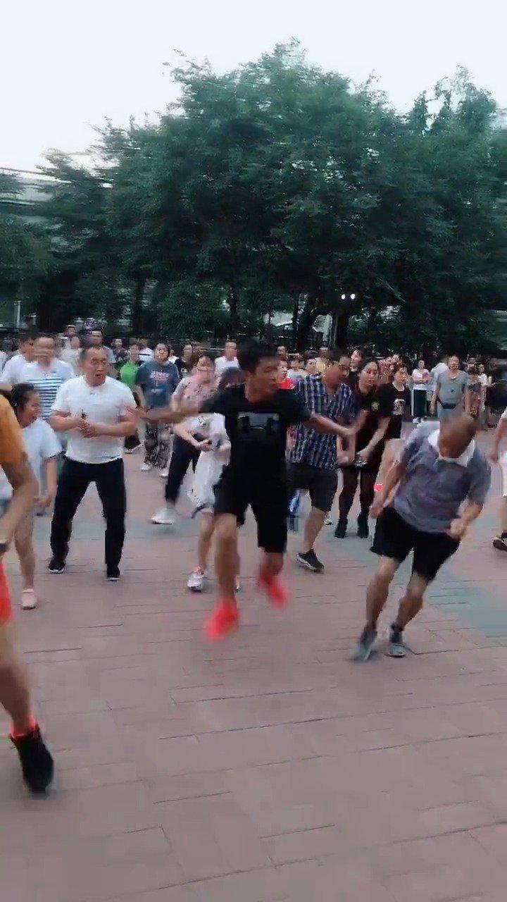 中国大妈要是再抢篮球场就别怪我加入她们了。