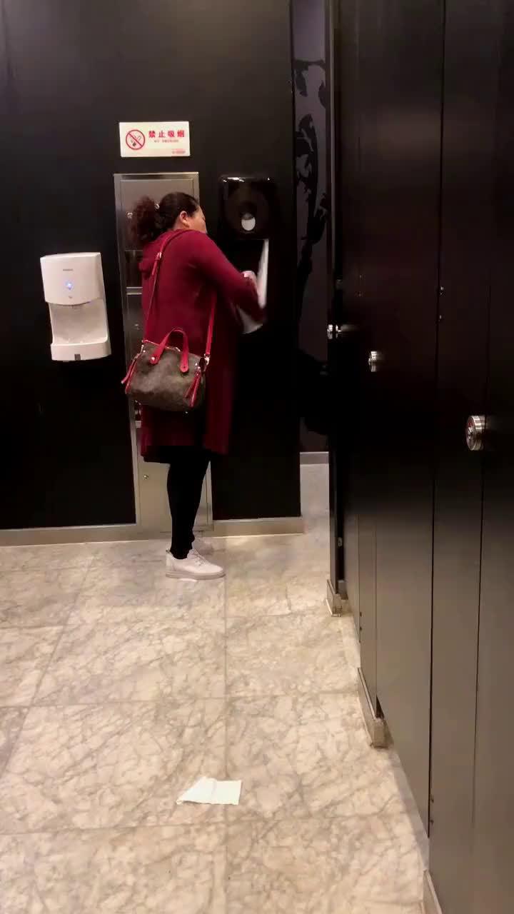 这大概就是很多公厕不放手纸的原因吧[摊手]