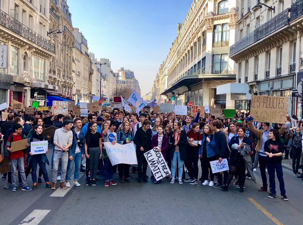 学生们在参加周五罢课活动
