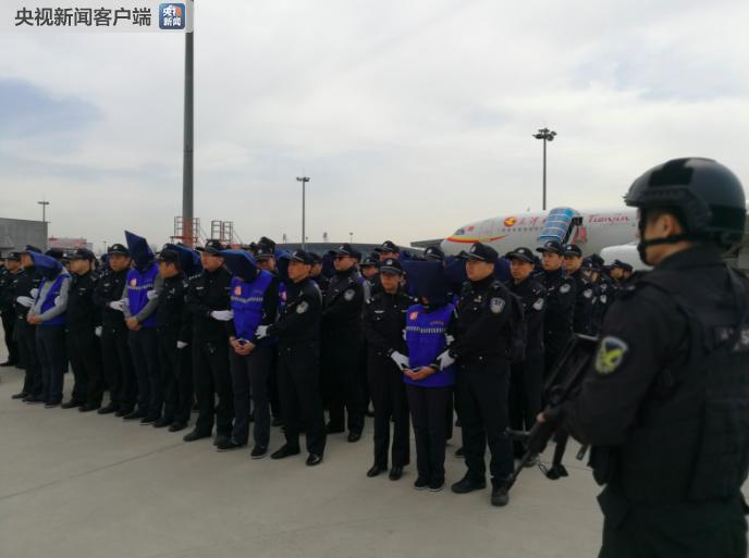 警方将78名台湾电信诈骗嫌疑人从菲押解回国(图)
