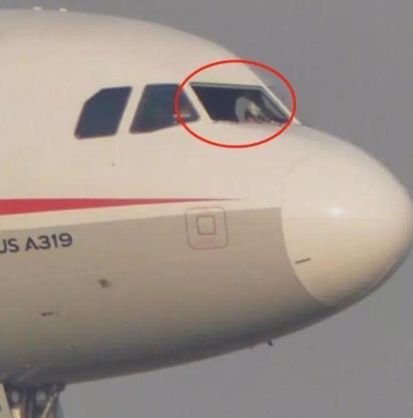 △因风挡玻璃空中爆裂脱落备降成都的川航3U8633航班