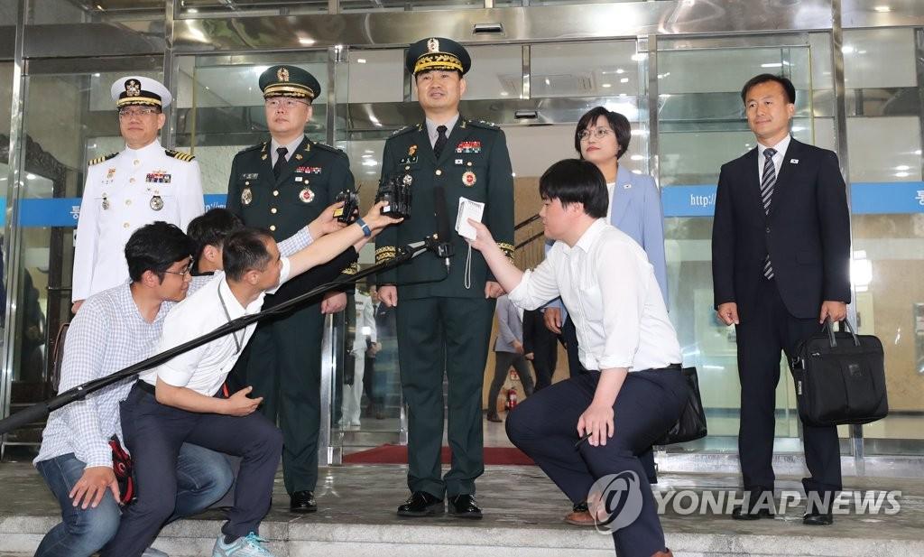 14日,韩方代表团团长金道均启程赴会前接受采访
