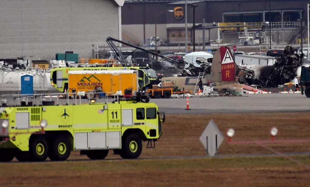 飞机大部分残骸被烧得焦黑(图源:东方IC)