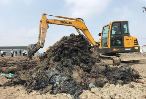 仅挖数铲就现出黑色化工废料,刺激性气味强烈
