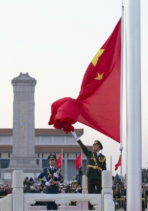 1月1日,开奖现场,北京天安门广场举行隆重的升国旗仪式。 ()