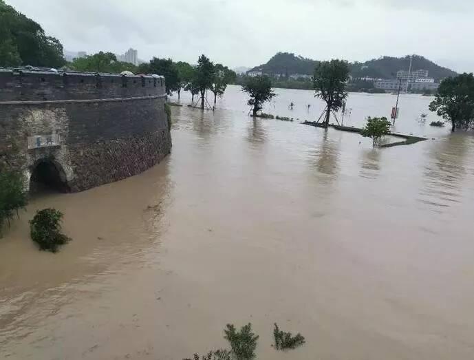 洪水围城 多路救援力量驰援千年临海古城