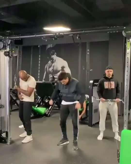 从健身房出来感觉自己强壮了许多。