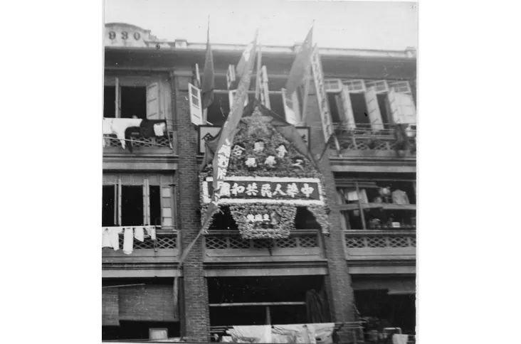 1949年10月1日,港九工会结合会正在骆克讲会所降起一里五星白旗,庆贺新中国建立。图源:喷鼻港工会结合会网站