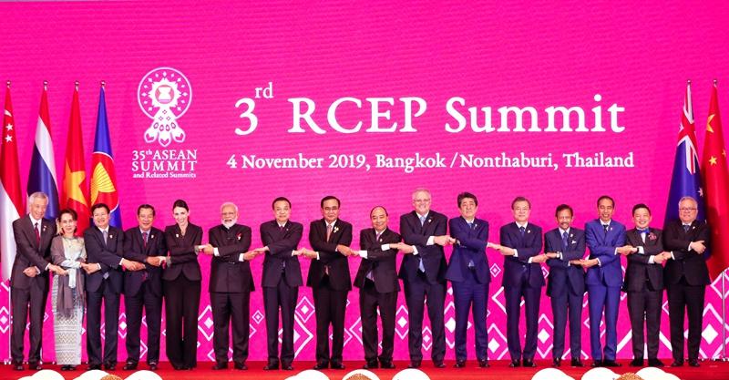 图为当地时间11月4日晚,李克强总理在泰国曼谷出席第三次区域全面经济伙伴关系协定(RCEP)领导人会议。